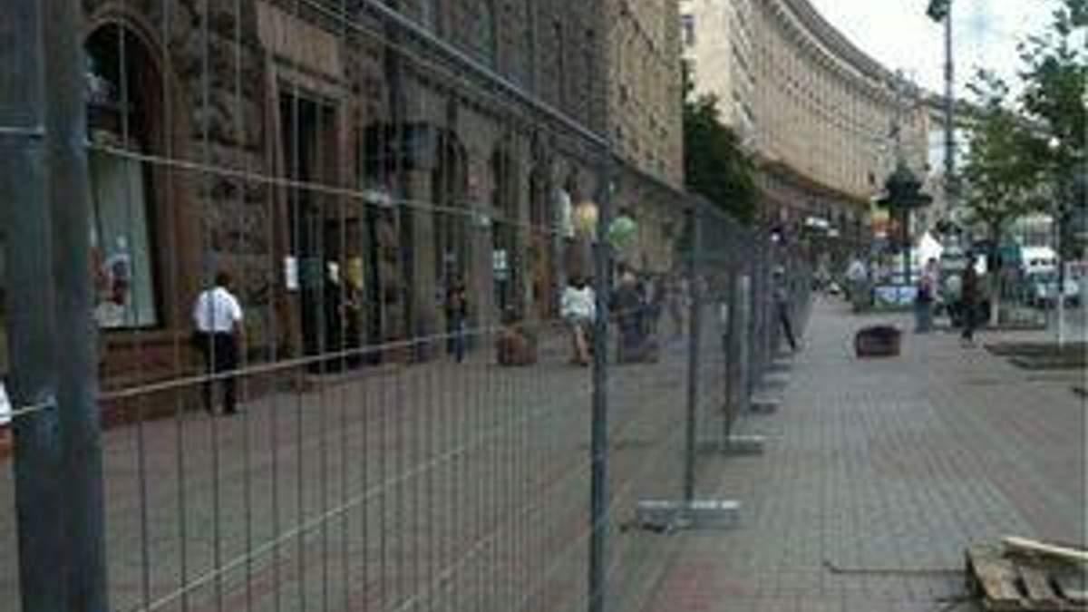 Центр Львова та Києва огородили парканом. Монтують фан-зону