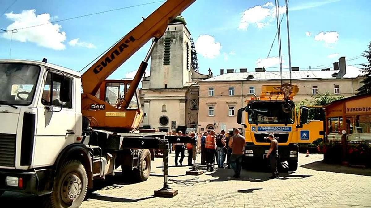Грузовик ушел под землю в центре Львова