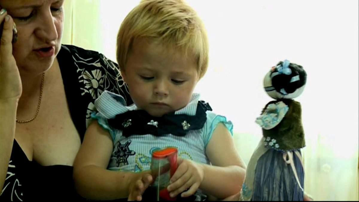 Двухлетний ребенок не знает вкуса еды — мать превратила его в маугли
