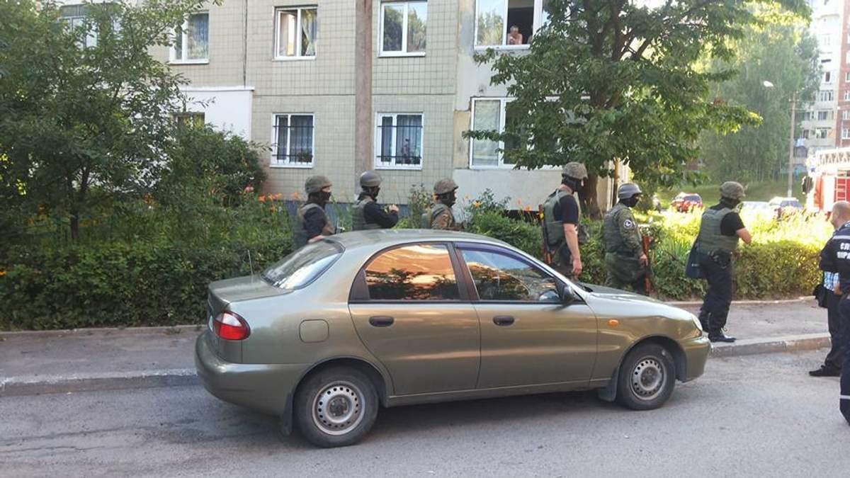 Во Львове спецоперация: освобождают заложников-нелегалов