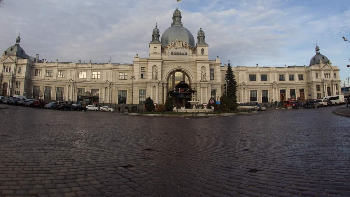 """У Львові евакуювали вокзал через """"замінування"""""""