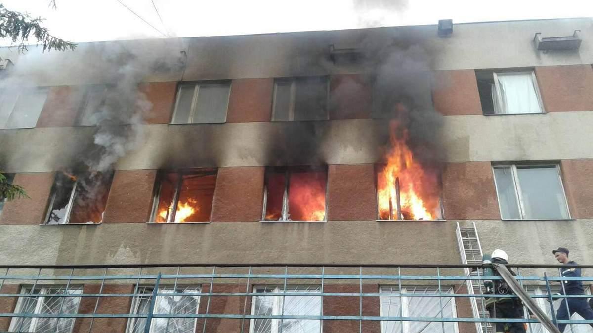 У Львові горіло приміщення локомотивного депо: фото масштабної пожежі
