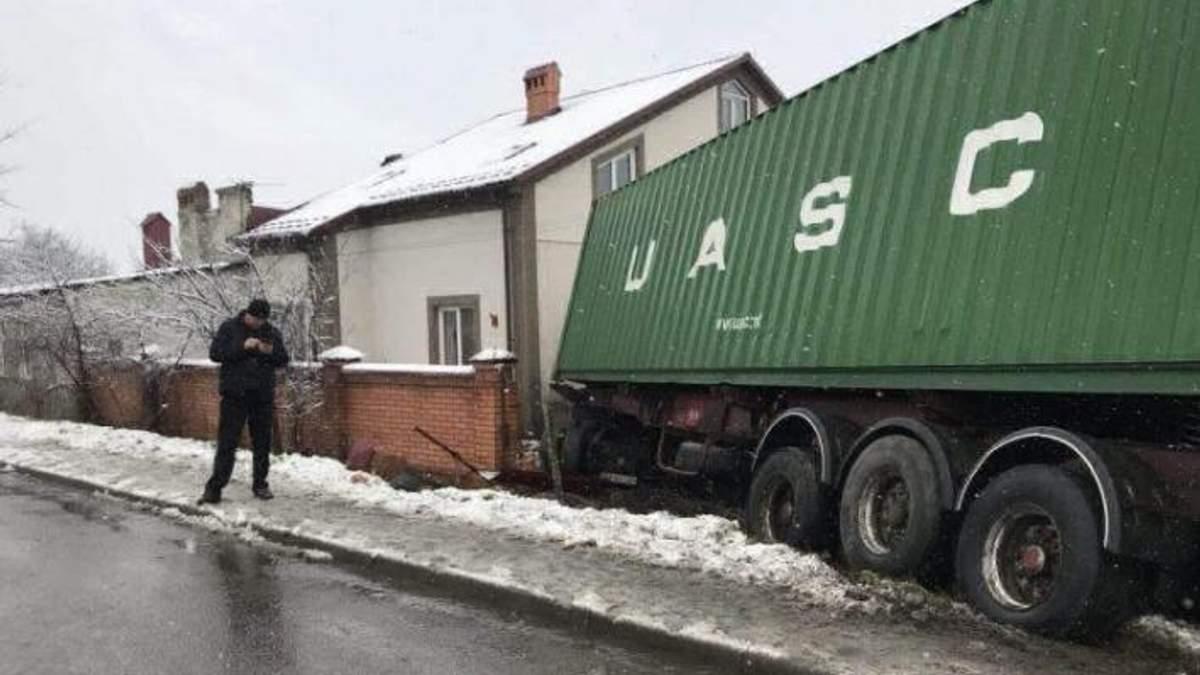 Жахлива аварія на Львівщині: фура підім'яла легковик і влетіла в будинок