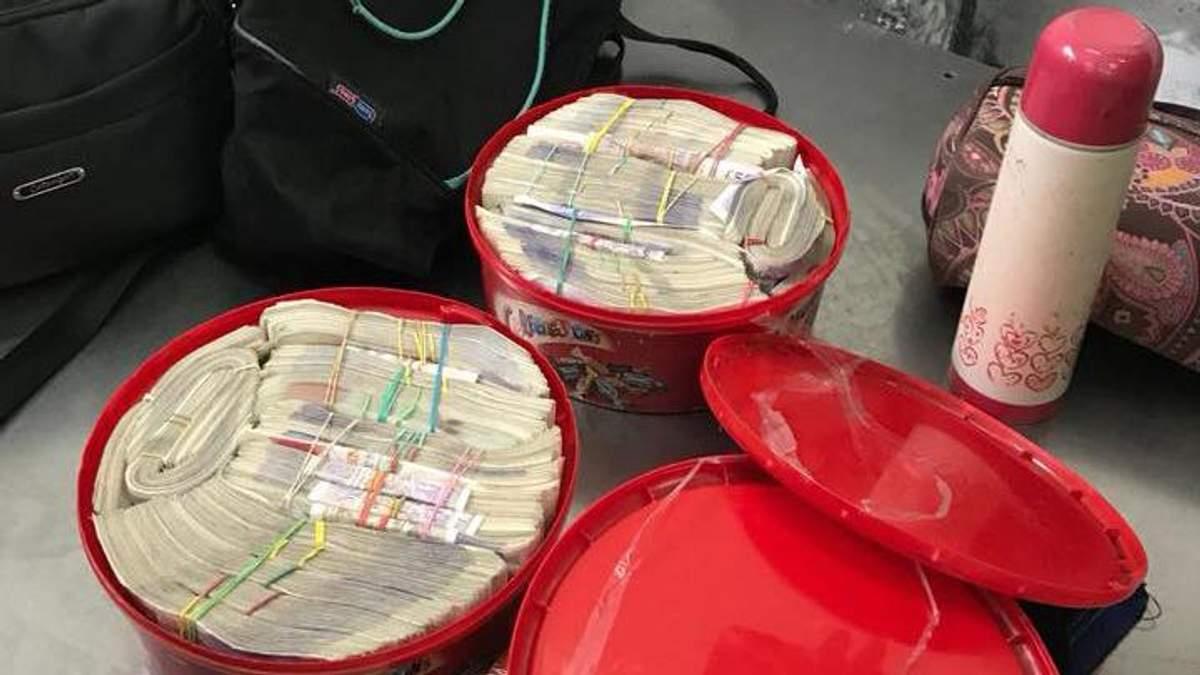 Українець у коробках з-під цукерок намагався вивезти майже чверть мільйона доларів
