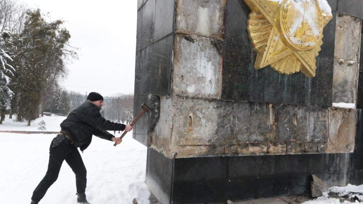 У Львові молотками понівечили радянський пам'ятник: з'явились фото