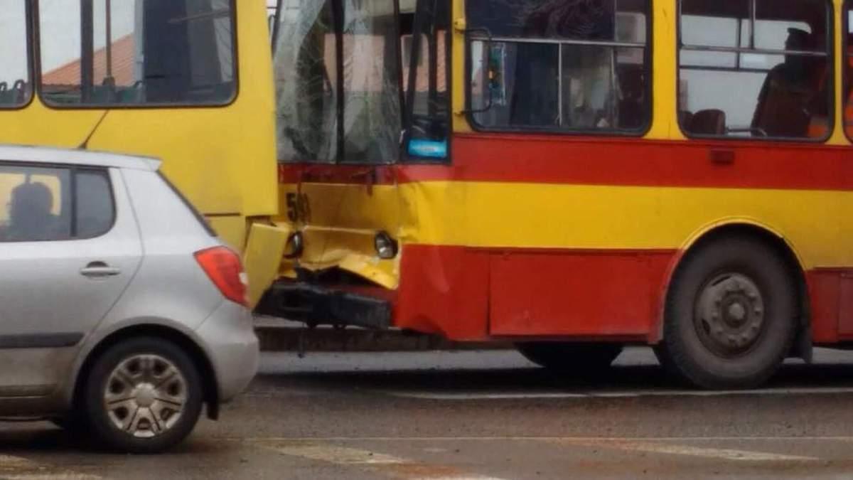 Во Львове произошла авария с участием троллейбуса и маршрутки: есть пострадавшие