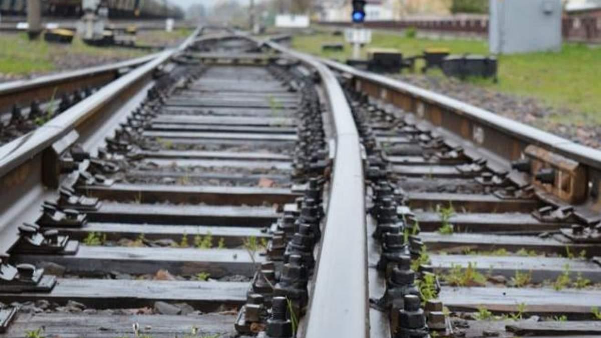 Львівщина: вантажний поїзд на смерть збив людину