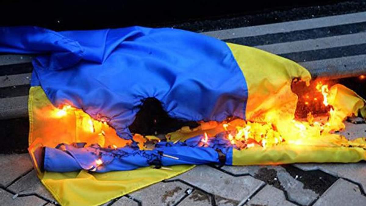 На Львівщині чоловік спалив прапори України: зловмисника затримано