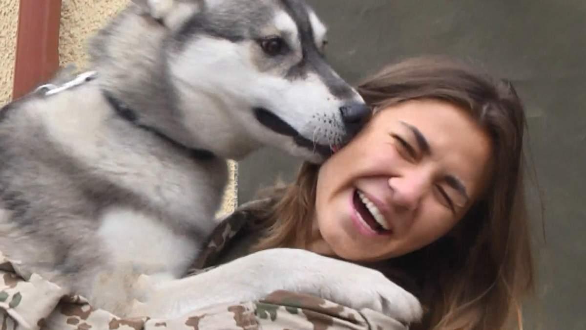 Українські захисники знялись з безпритульними собаками, аби врятувати їм життя: милі фото