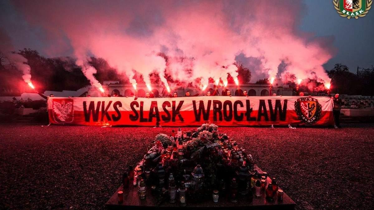 Польські футбольні фани палили фаєри та розгорнули банер на кладовищі у Львові: фото