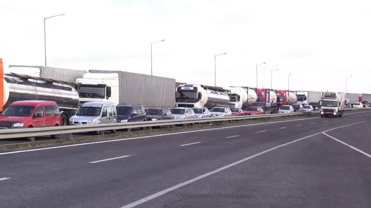 Сколько водителей приехали на львовскую таможню, чтобы растаможить автомобили на еврономерах