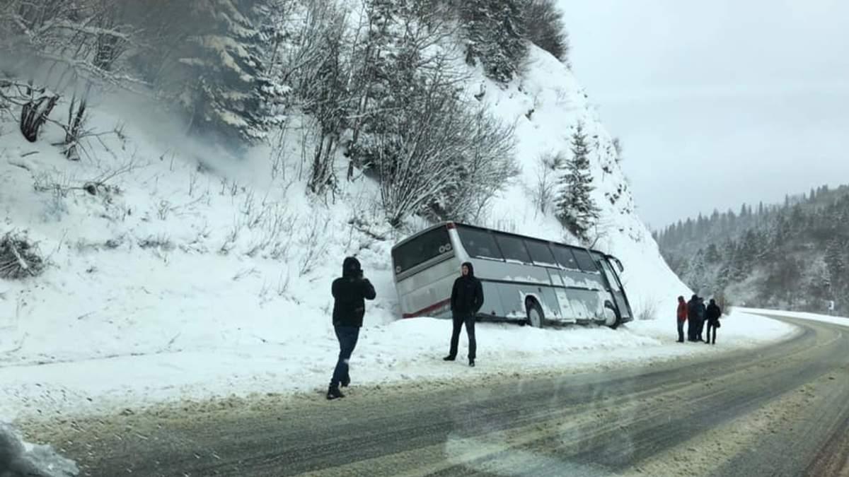 По дороге в Карпаты произошло ДТП с туристическим автобусом: фото