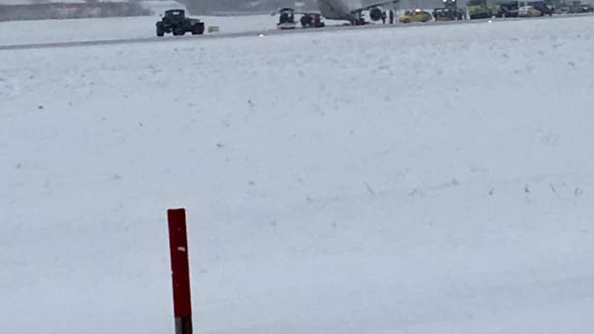 Інцидент із літаком в аеропорту Львова: летовище призупинило роботу