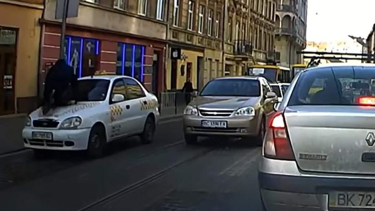 У центрі Львова таксист збив пішохода та провіз його на капоті: відео