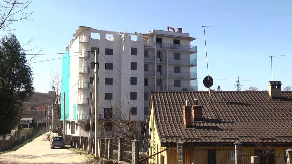 Вперше в Україні: скандальний будинок без документів почали зносити у Львові