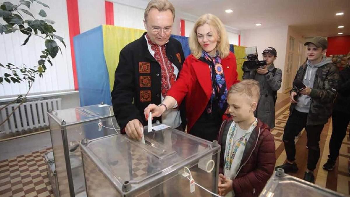Андрій Садовий з дружиною проголосували на виборах президента