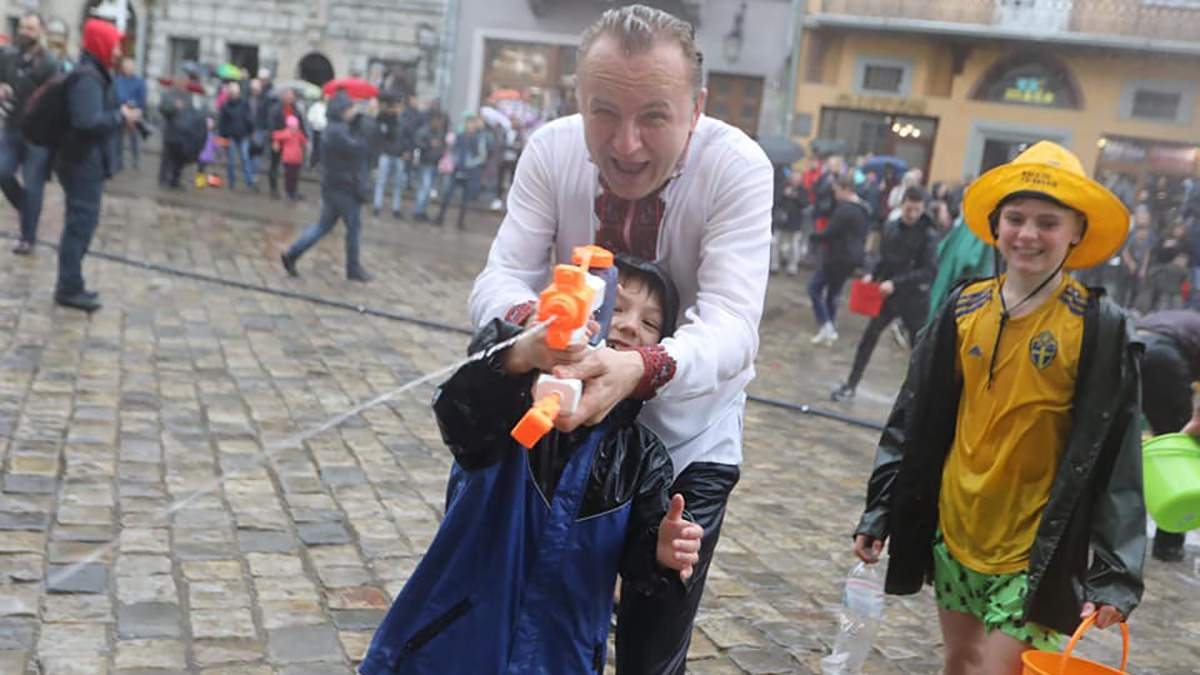 Поливаний понеділок в Україні: у Львові Садовий приєднався до святкових обливань – яскраві фото