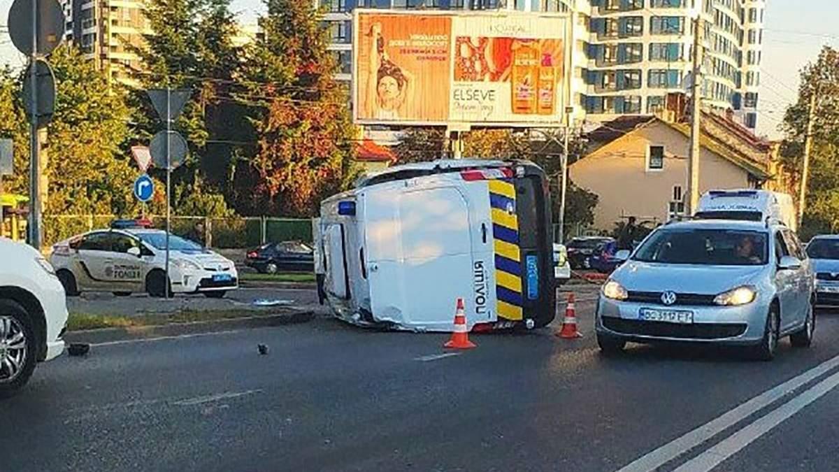 Поліцейське авто перекинулося після ДТП у Львові