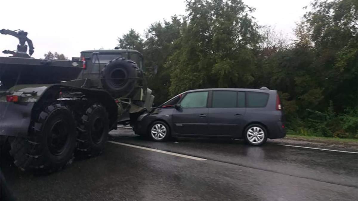 На объездной дороге Львова легковушка врезалась в военный тягач