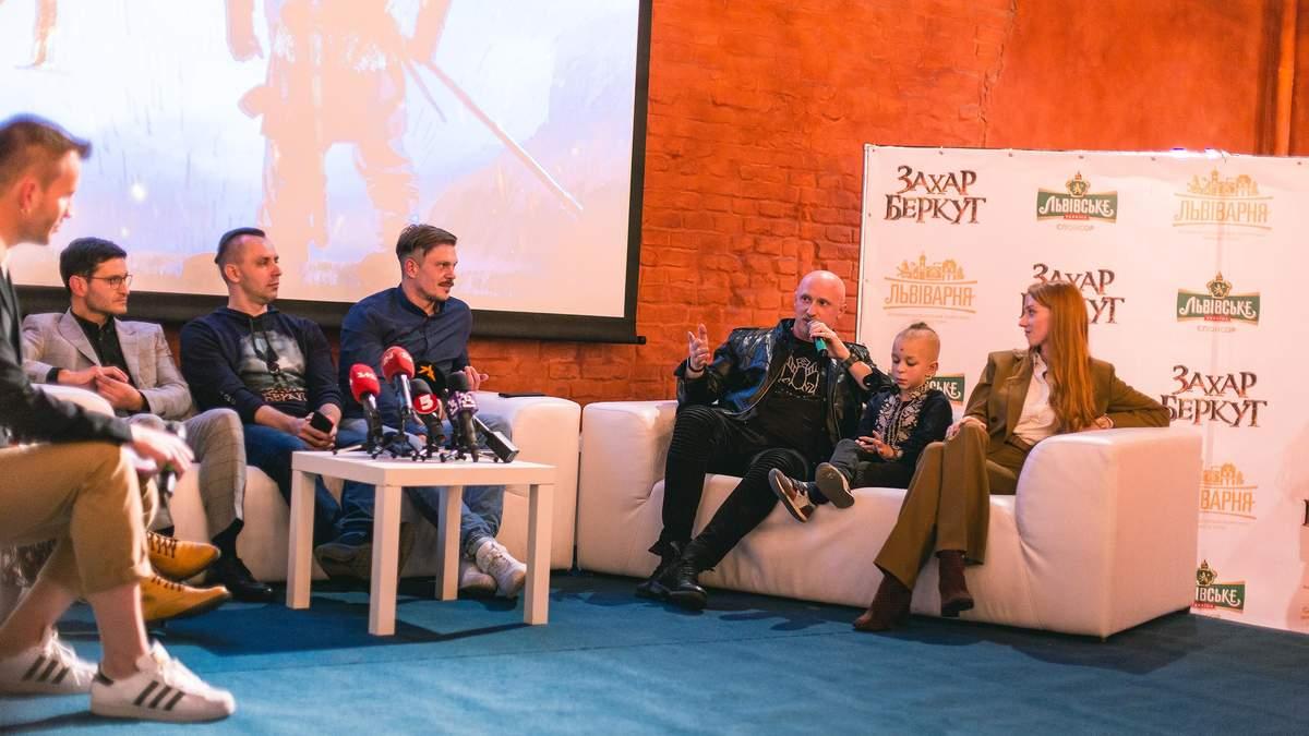 """Костюмы, памятная монета и сотрудничество брендов: премьера """"Захара Беркута"""" во Львове"""
