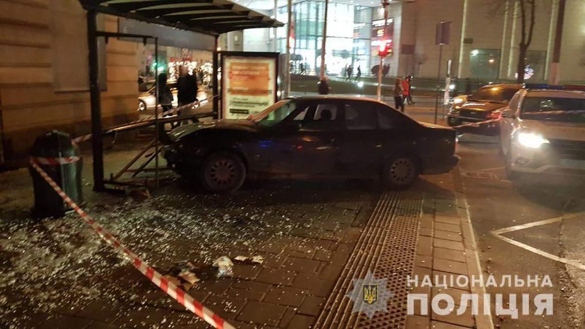 Авто въехало в остановку с людьми в центре Львова: фото