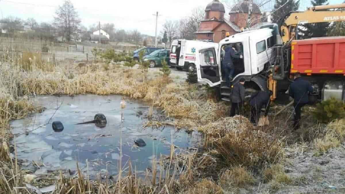 Во Львовской области автомобиль слетел в озеро, погибли 4 человека – фото