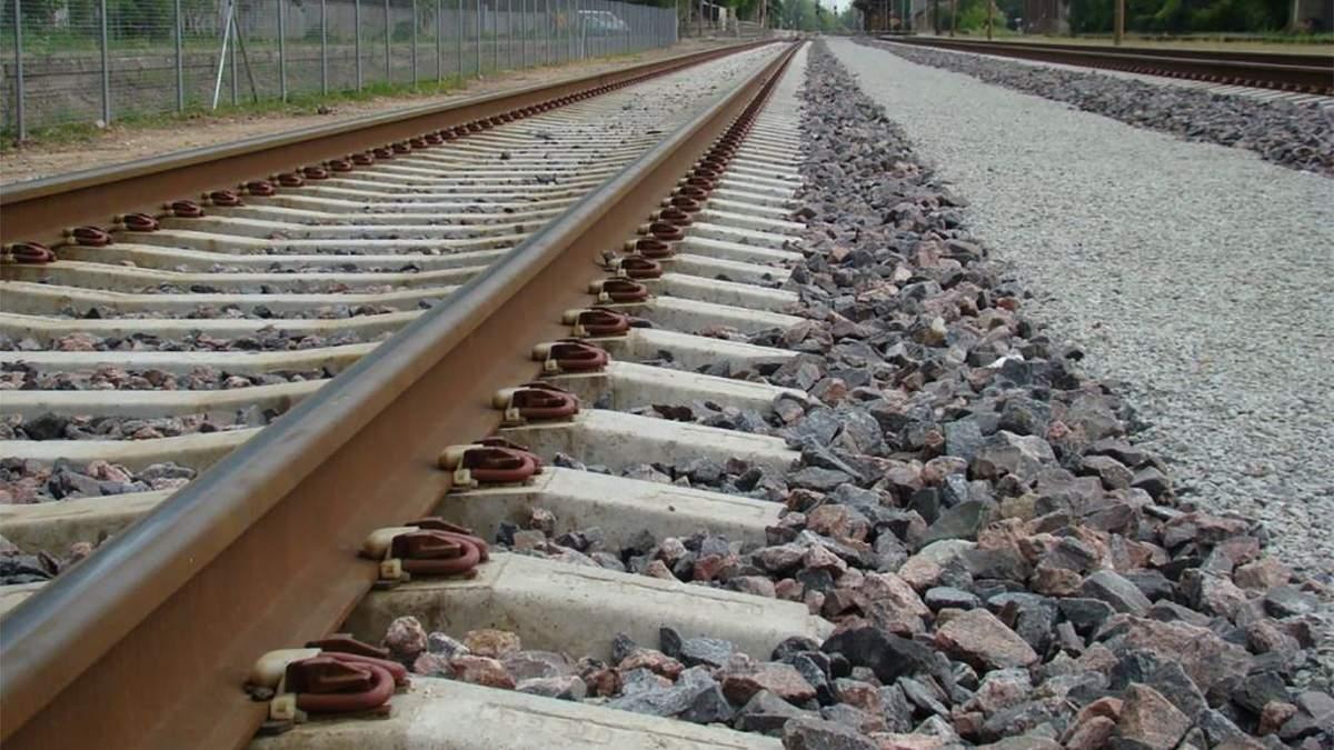 Вантажний потяг переїхав пенсіонерку під Львовом