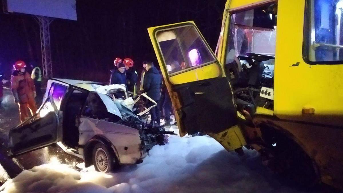 На трассе Киев – Чоп Volkswagen влетел в автобус: есть жертвы