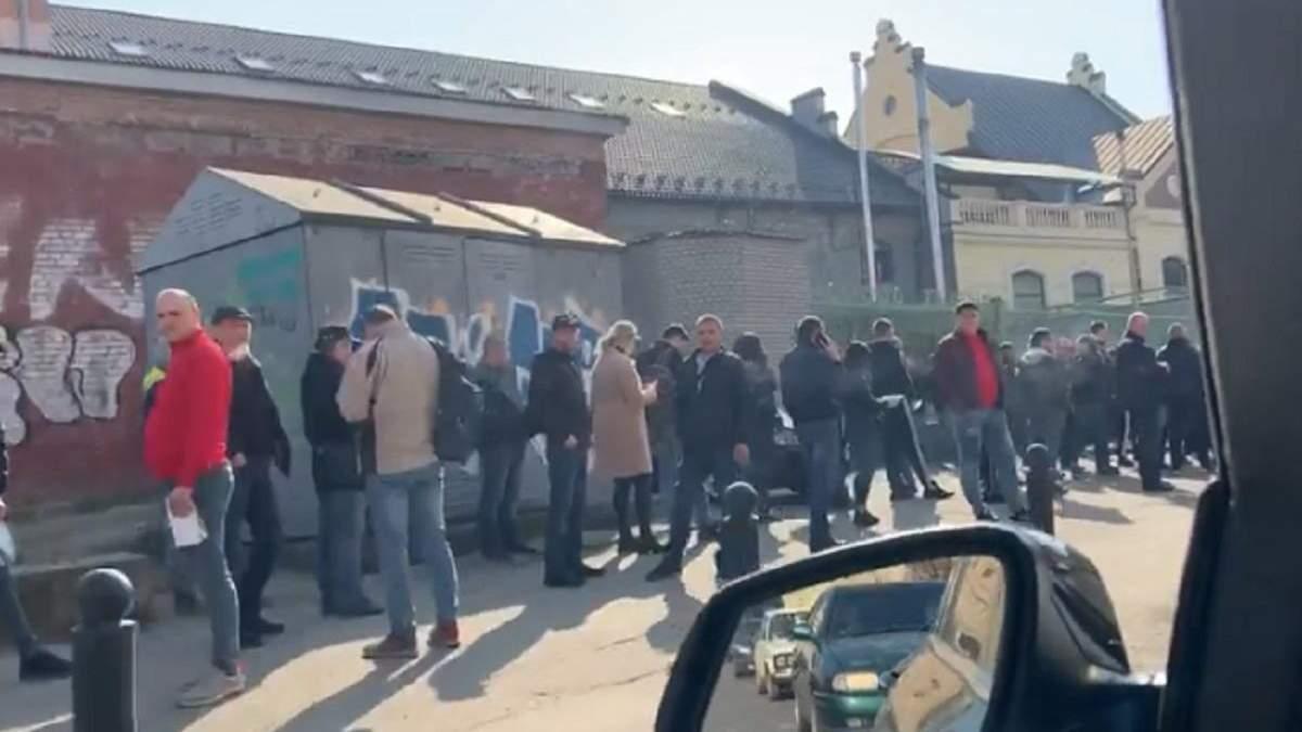 Несмотря на карантин во Львове и Франковске сотни людей стояли в очереди в визовые центры