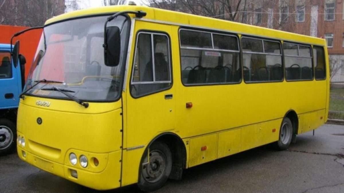 Забиті тролейбуси й черги на зупинках: як українці звикають до транспортного карантину