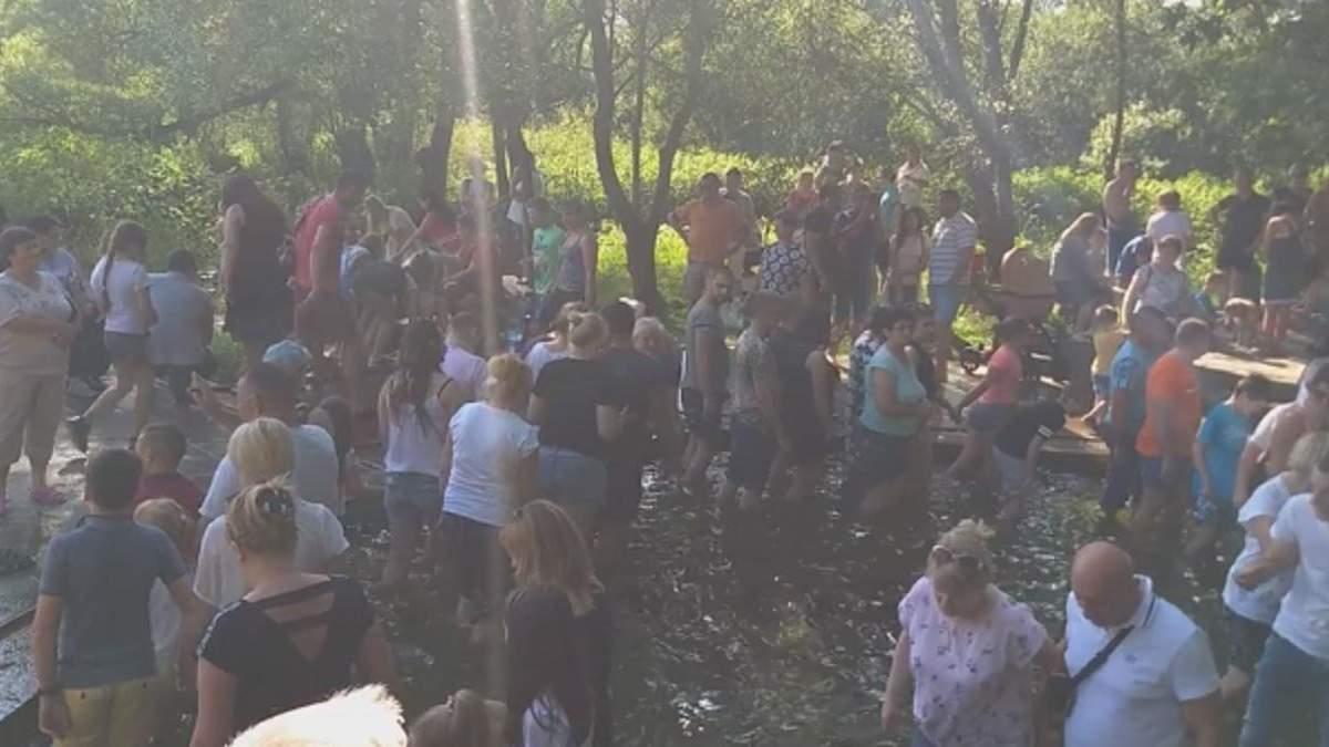 Масове купання у джерелі на Львівщині 28 червня 2020: відео