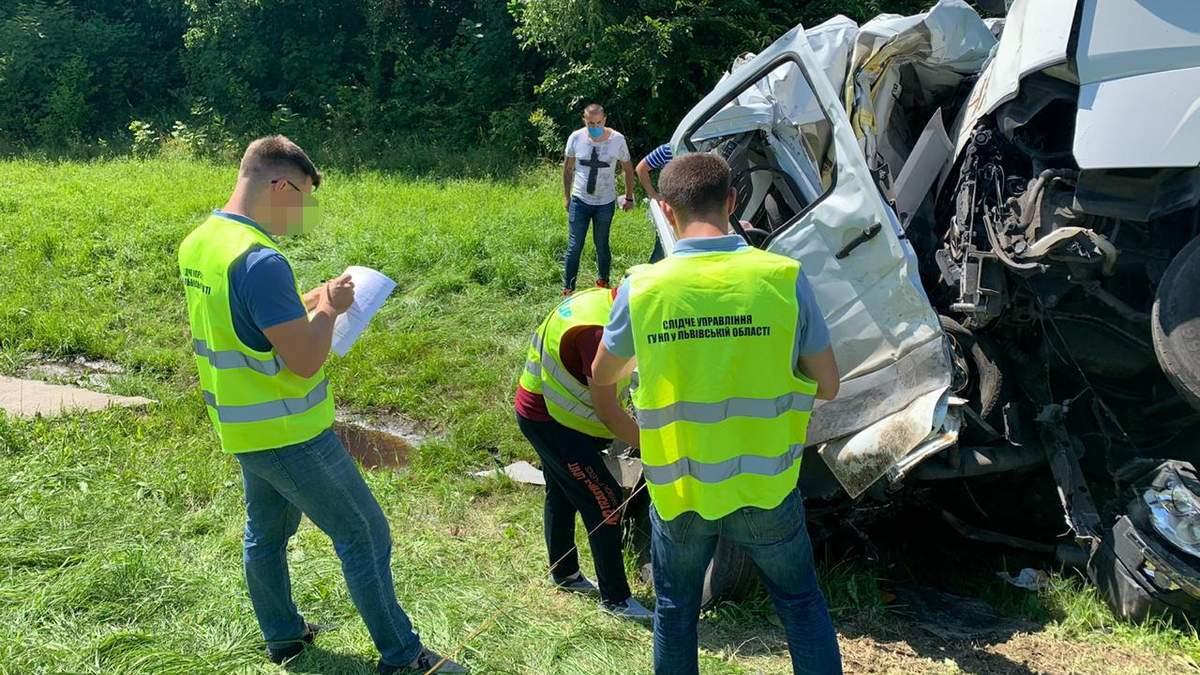На Львівщині ДТП з вантажівкою Рошен і мікроавтобусом - фото