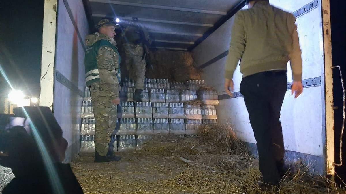 Львовские пограничники нашли 287 ящиков водки в сене