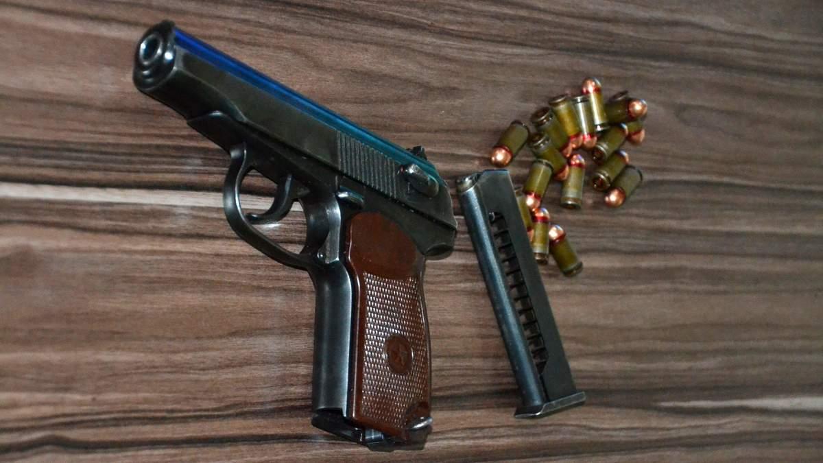 В центре Львова мужчина стрелял из пистолета: пугал пьяную компанию