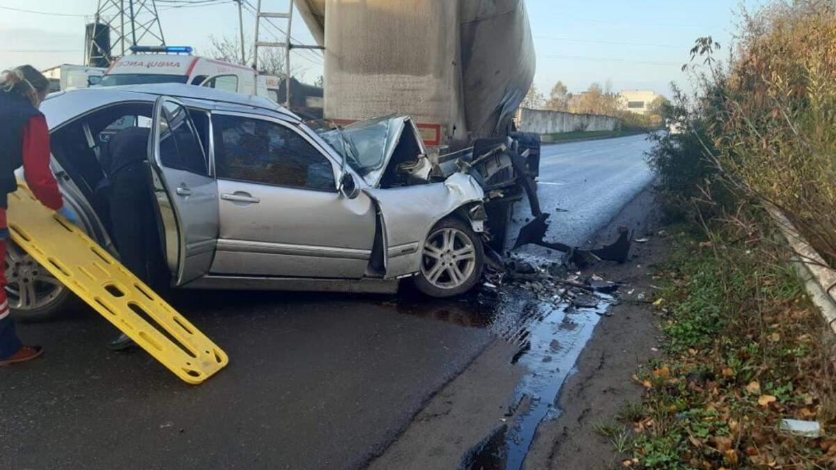 В Червонограде 31.10.2020 Mercedes столкнулся с автопоездом: фото