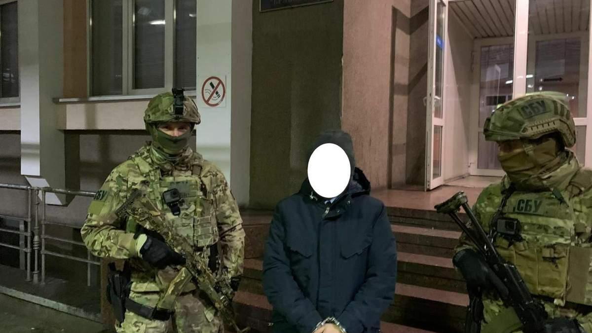 Тысяча гривен с машины: в пункте пропуска Яворов таможенника поймали на взятке - фото