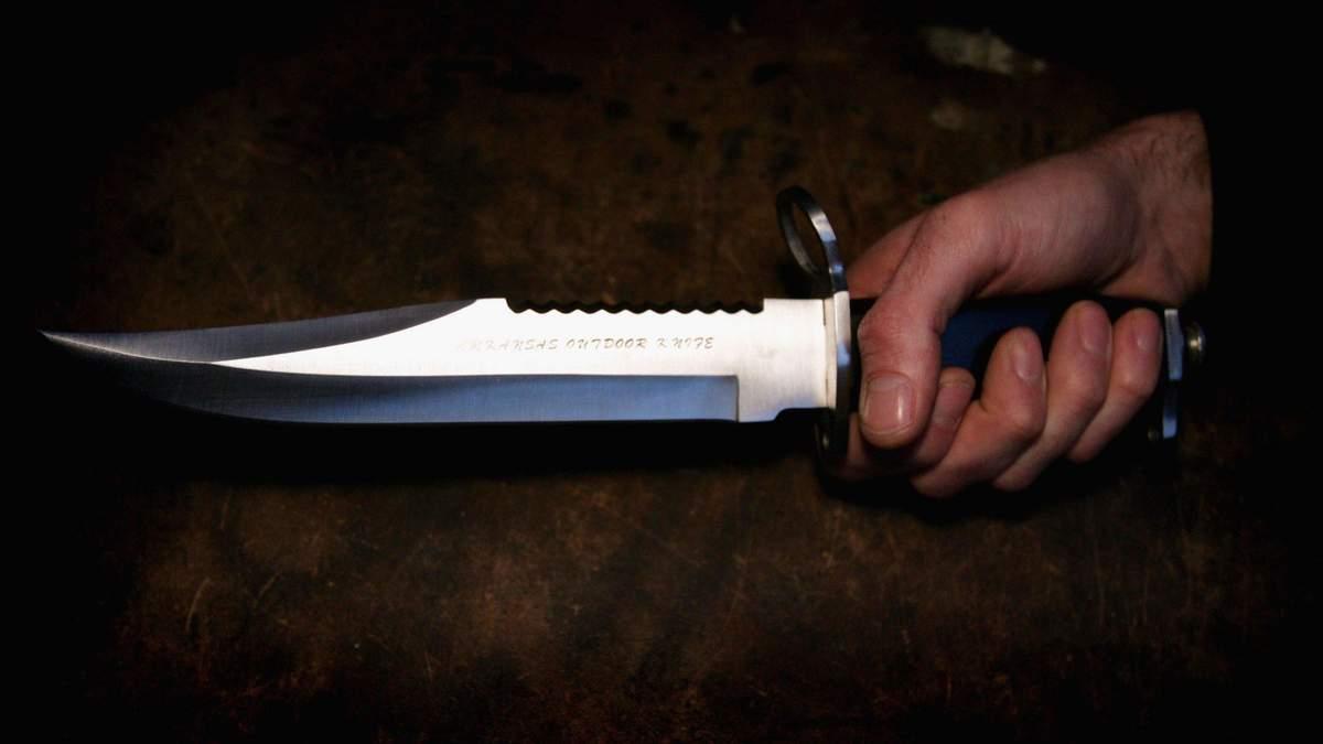 Ножом в спину: во Львове пьяный мужчина чуть не зарезал своего знакомого