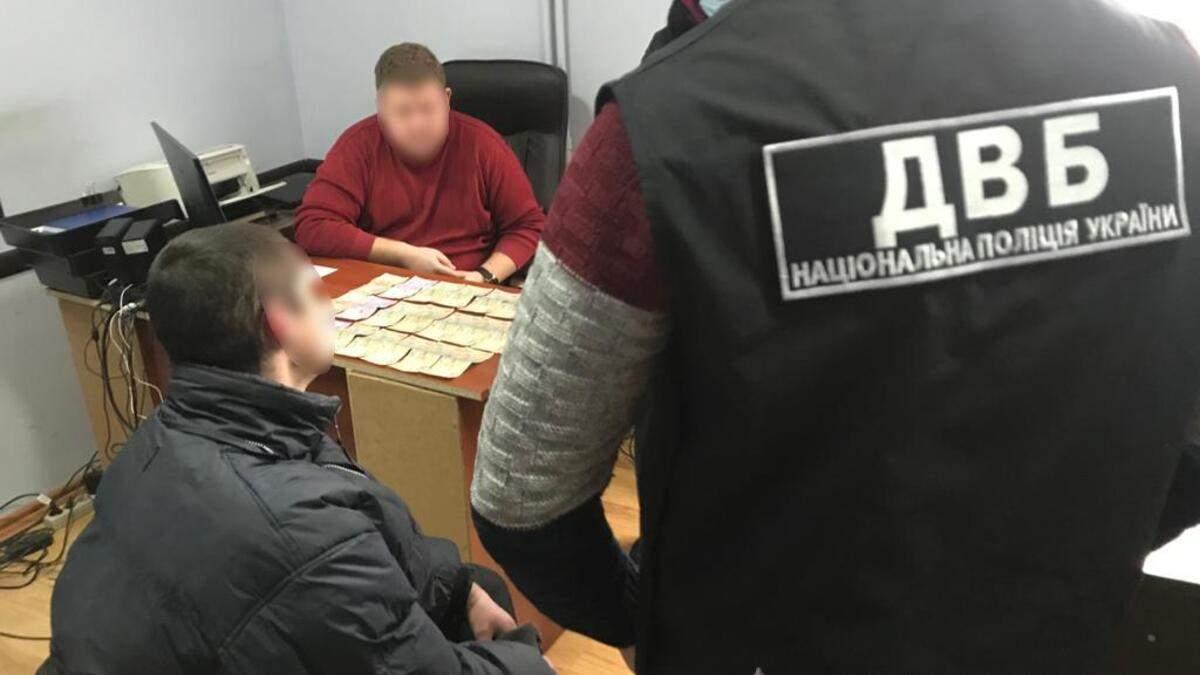 У Дрогобичі затримали чоловіка на спробі підкупу керівника слідчого відділу: фото