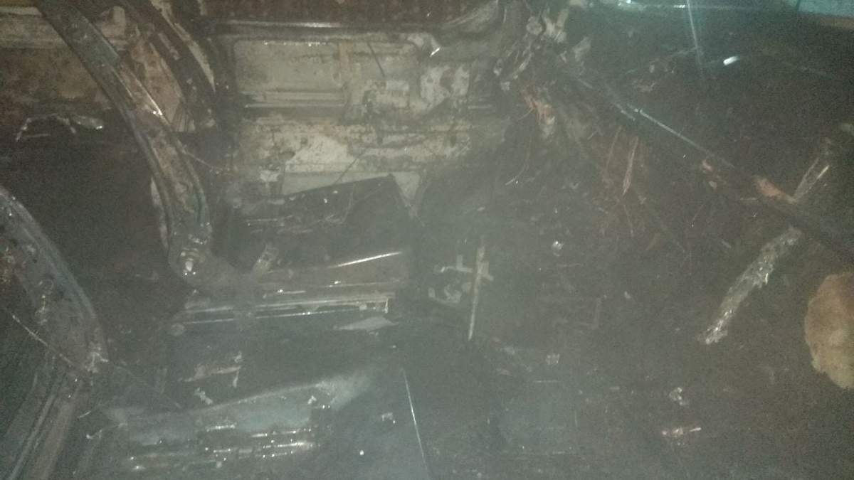 В Новояворовске посреди улицы полностью сгорел микроавтобус: фото