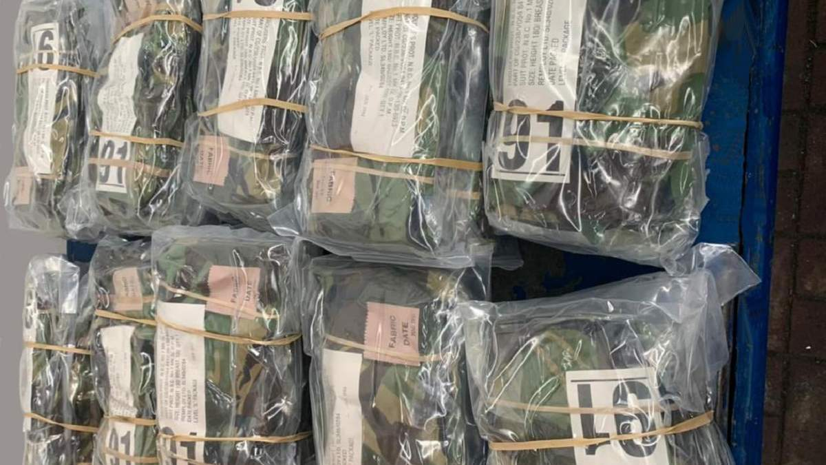 Десяток коробок с камуфляжной одеждой: таможенники нашли контрабанду - фото