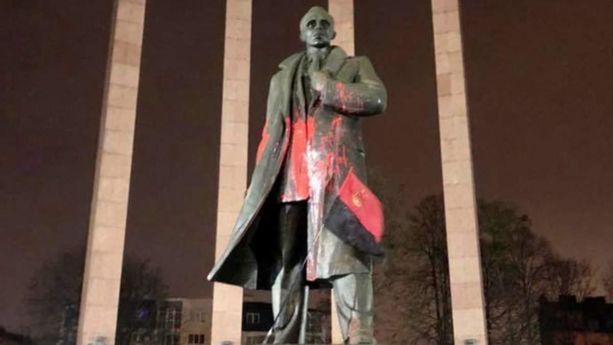 Во Львове облили краской памятник Степану Бандере: фото