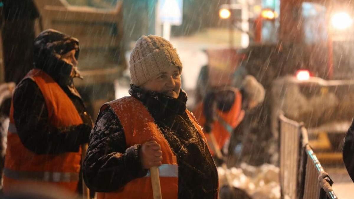 Працювали усю ніч: як львівські комунальники борються зі сніговим колапсом – чарівні фото