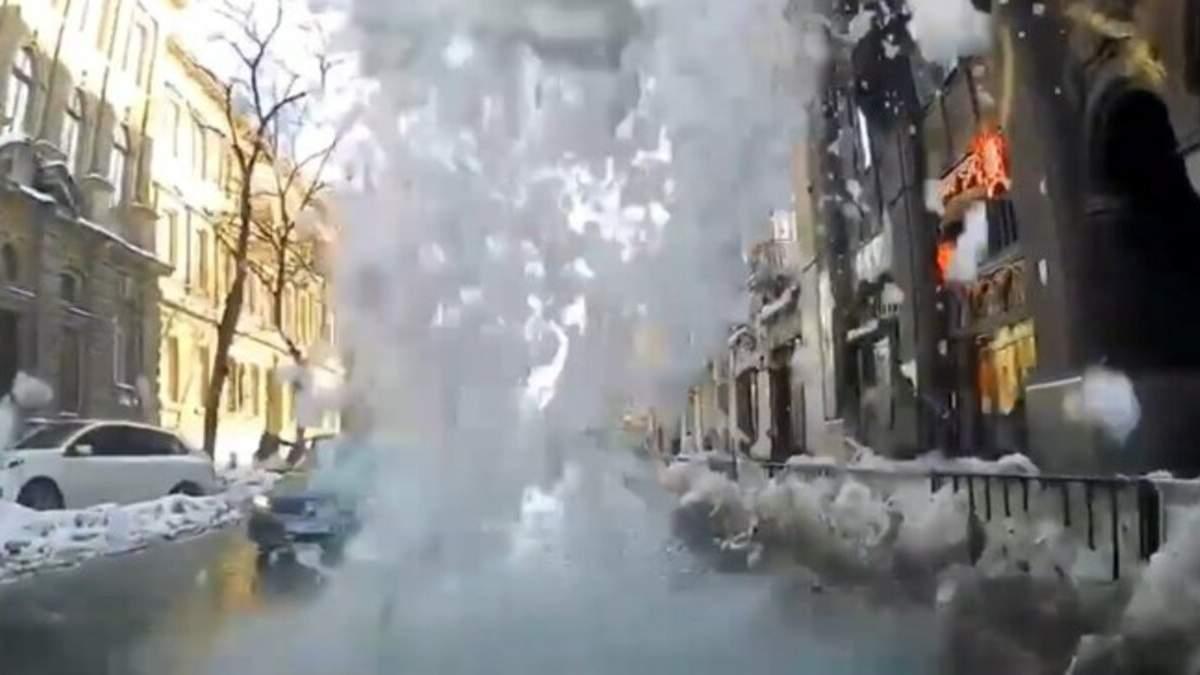 У Львові сніг розтрощив кілька авто: хто винен та як отримати компенсацію – відео