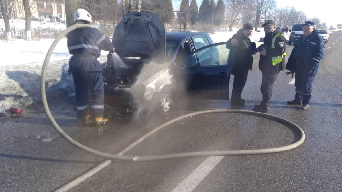 На Львовщине во время движения загорелся Volkswagen: авто очень пострадало - фото с места пожара