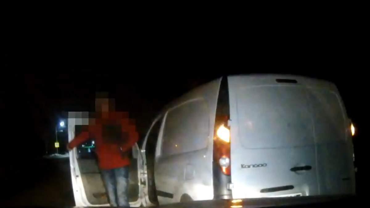 Пьяный львовянин напал на патрульных с лопатой: видео - Львов