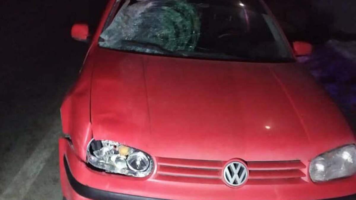 На Львівщині 20-річний водій Volkswagen на смерть збив жінку: фото