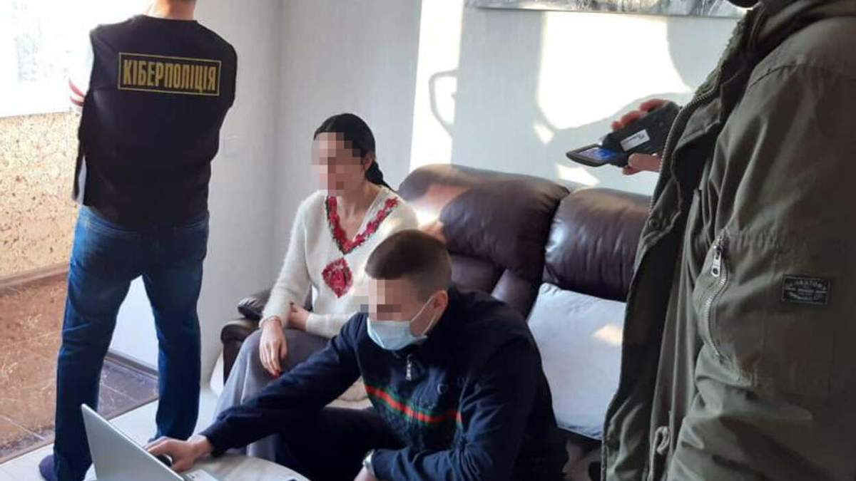 Во Львове женщина продавала свои интимные фото: ей грозит тюрьма - фото