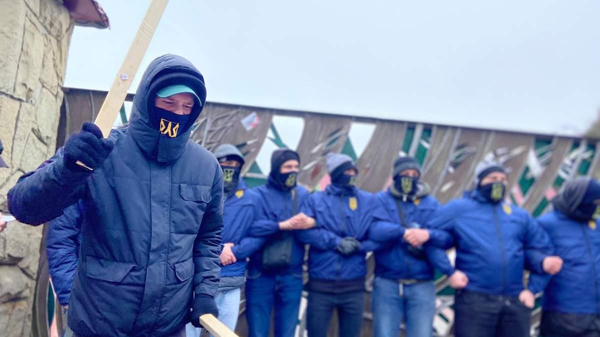 Пікет проти бізнесу Козака та Медведчука: Нацкорпус заблокував готель і завод на Львівщині