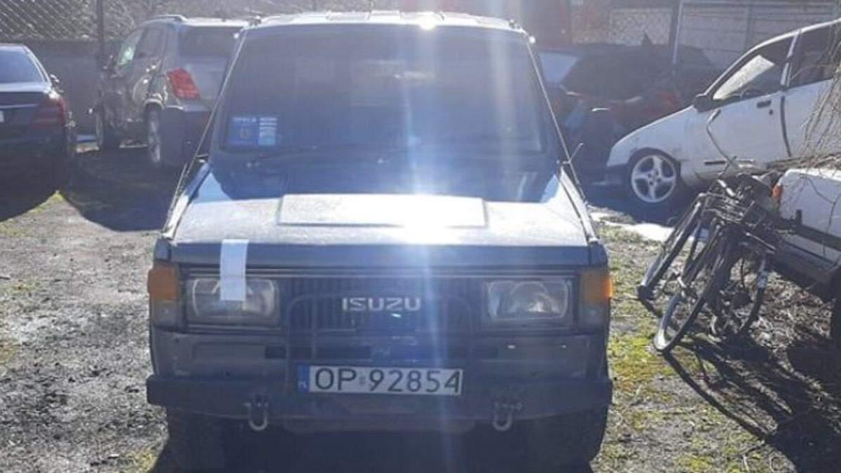 На Львівщині правоохоронці з недійсними документами забрали авто у місцевого активіста: відео