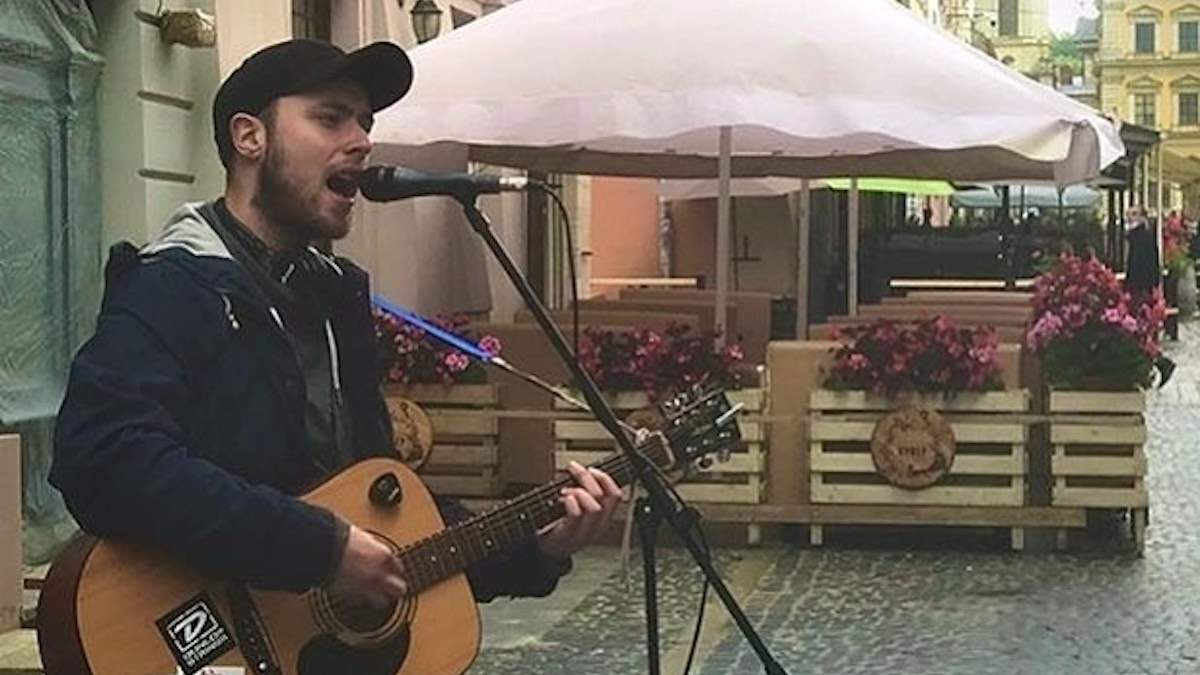 Побитий у Львові за російські пісні вуличний музика виявився онуком народного артиста